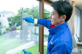 専用洗剤でガラスを洗浄